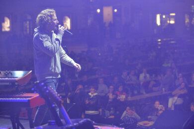 """Der Singer-Songwriter Michael Schulte sang vor einem gut gefüllten Obermarkt in Freiberg am Samstagabend bei """"Rock am Otto""""."""