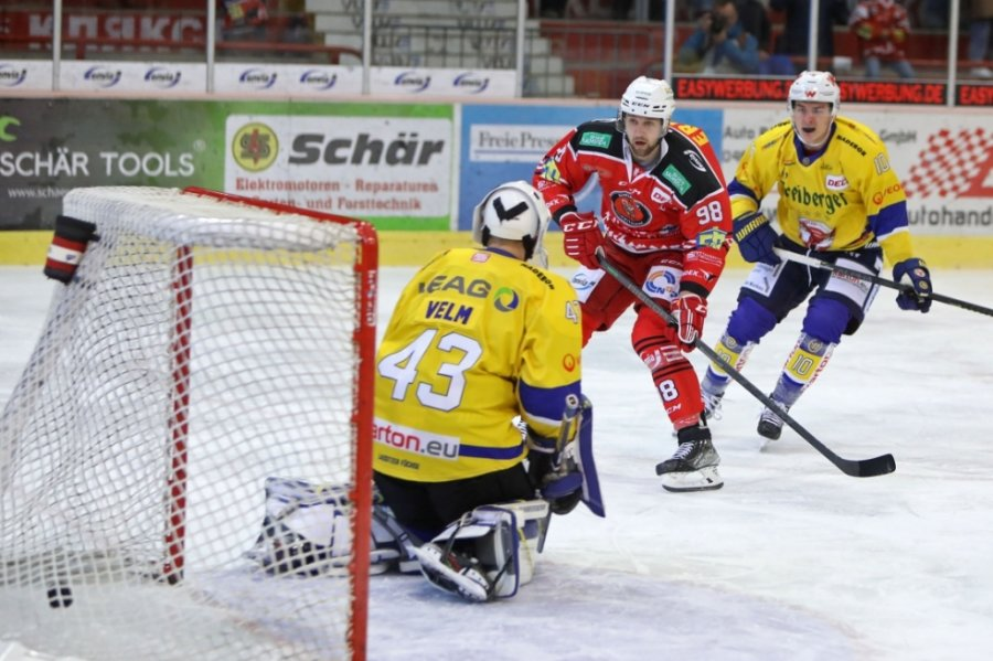 Auch wenn Luca Gläser (rote Spielkleidung) früh zum 1:0 für Crimmitschau traf, ging der Sieg am Sonntag und auch im Nord-Ost-Pokal insgesamt an die Lausitzer Füchse.