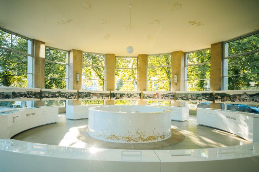 """Seit 1997 befindet sich das Museum in der ehemaligen """"Salzquelle"""" in der heutigen KunstWandelhalle und wurde im April 2009 mit einer neuen Dauerausstellung als """"Sächsisches Bademuseum Bad Elster"""" festlich wiedereröffnet."""