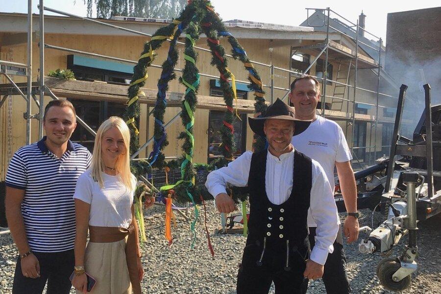 Tim und Sandy Trinkies sowie André Schmelzer und Geschäftsführer Udo Pürzel von der Zimmerei Wolf Mylau beim Richtfest.