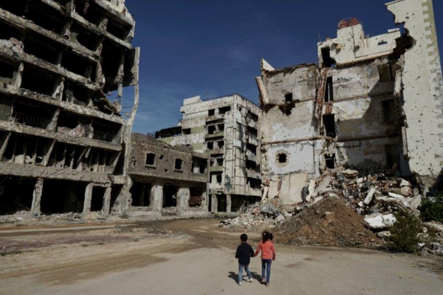 Kinder in der zerstörten Altstadt von Benghazi am Mittelmeer. Das Bild stammt vom vorigen Jahr. Der Volkstrauertag am Wochenende gibt Anlass, der Opfer auch der gegenwärtigen Kriege zu gedenken.