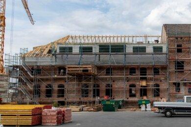 Das Sudhaus der ehemaligen Rochlitzer Brauerei wird zu einem Wohnhaus umgebaut. Auf einem Teil des Gebäudes entsteht ein neuer Dachstuhl.