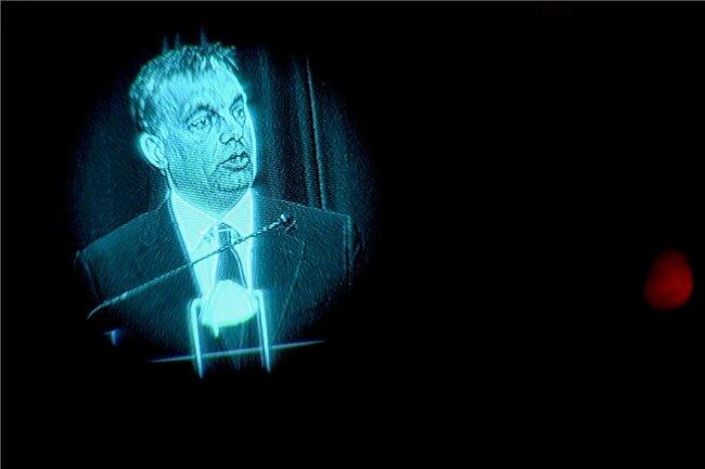 Der ungarische Ministerpräsident Viktor Orbán im Sucher einer Fernsehkamera: Mit einem restriktiven Mediengesetz und einer neuen nationalistischen Verfassung betreibt er in seinem Land seit Jahren konsequenten Demokratieabbau. In der Corona-Pandemie entmachtete er sogar das Parlament und regierte per Dekret.