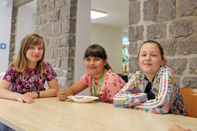 Hell und freundlich: Saskia (l.), Cinja und Joleen (r.) freuen sich über den neuen Mensa-Anbau der Oberschule Niederbobritzsch.