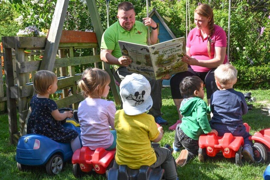 Die Chemnitzer Tageseltern Katja und Ronny Kamprath freuen sich, dass es schon bald mehr Geld für ihre Arbeit gibt. Mit den von ihnen betreuten Kindern gehen sie gern in den Garten oder in den direkt angrenzenden Wald.