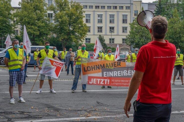 Mit einer Kundgebung auf dem Feuerwehrplatz, vor dem Werkstor von Unilever Auerbach, begann der Warnstreik.