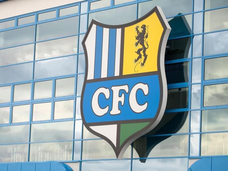 Außenansicht des Stadions mit dem Vereinslogo.