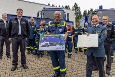 Überraschung geglückt: Viele Kameraden des Ortsverbands Annaberg des Technischen Hilfswerks waren dabei, als Klaus Hauschild (Mitte) aus Anlass seines 80. Geburtstags von Sven Hoppe (rechts), dem Leiter der TWH-Regionalstelle Chemnitz, geehrt wurde.