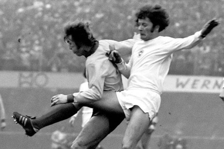 In dieser Szene aus dem Europapokalspiel der BSG Sachsenring Zwickau gegen Celtic Glasgow vom März 1976 versucht Hans Schykowski (rechts) den Schuss von Ronald Glavin abzublocken.