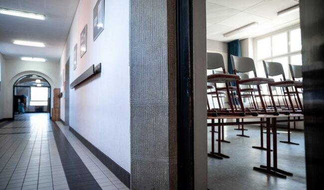 Leere Schulhäuser, leere Klassenzimmer: Für die Mehrzahl der Schüler in Sachsen soll der Unterricht voraussichtlich ab 8. Februar wieder beginnen. Dann soll bis zu den Osterferien Ende März eine intensive Zeit des Lernens folgen. Ziel ist es, noch so viel Lernstoff wie möglich zu vermitteln.