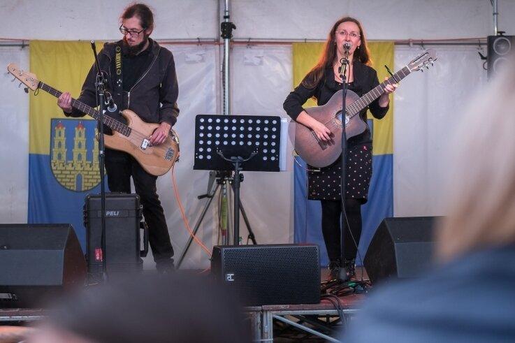 Am Samstagnachmittag griffen zur musikalischen Unterhaltung der Sommerfest-Besucher auch Elke Böhm und Andreas Drechsler (v.r.) als Duo F.E.A. in die Saiten.