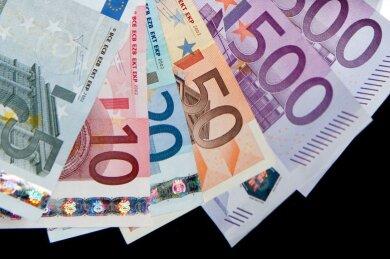 70.000 Euro Bargeld hat ein unbekannter Täter in Treuen erbeutet. Er hebelte einen Geldautomaten auf.
