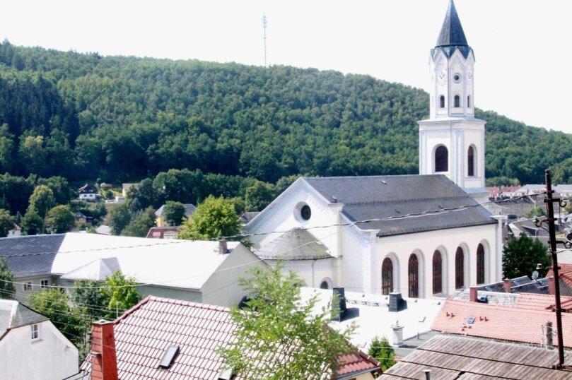 Beim Blick von der Burgruine wird deutlich, wie sich die Kirche mit ihrem 52Meter hohen Turm von den übrigen Häusern der Innenstadt abhebt. Sie dominiert neben der Schule das Stadtbild.