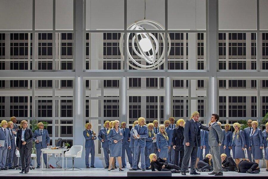 """Zustände wie bei den alten Galliern: Peter Konwitschny holt das Ende der Oper """"Norma"""" in die Businesswelt der Gegenwart."""