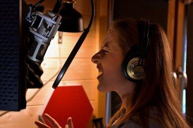 """Hannah Gruschwitz voller Inbrunst bei der Arbeit für ihre erste eigene Single """"Come Away With Me""""."""