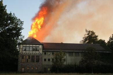 Der Dachstuhl der ehemaligen Schule stand am Freitagabend in Flammen.