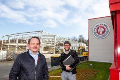 Prokurist Björn Kaiser (links) und Architekt Tobias Klaubert vor dem Rohbau der neuen Halle des Plauener Aromenherstellers Heinrich Karow. Das Gebäude soll die Lagerkapazitäten der Firma erweitern.