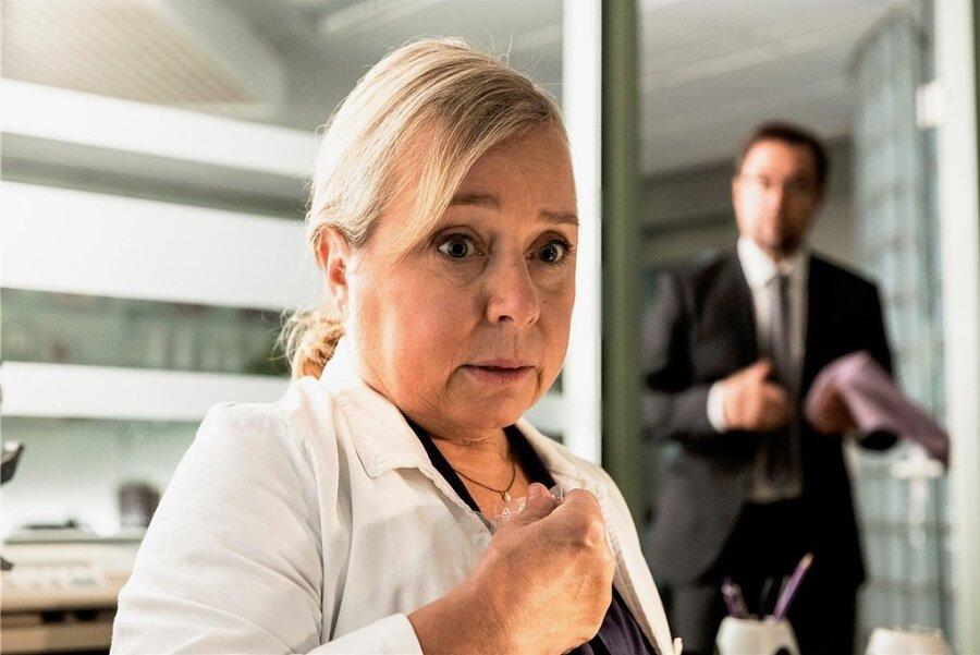 """Silke """"Alberich"""" Haller (Christine Urspruch) hat Mist gebaut. Ihr Chef, Prof. Karl-Friedrich Boerne (Jan Josef Liefers) ahnt davon nichts."""