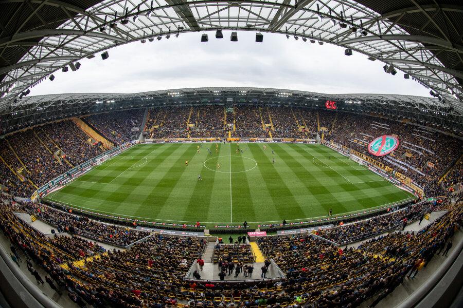 Beim Sachsenderby zwischen Erzgebirge Aue und Dynamo Dresden waren zwei nachweislich mit dem Coronavirus infizierte Fans unter den Zuschauern.