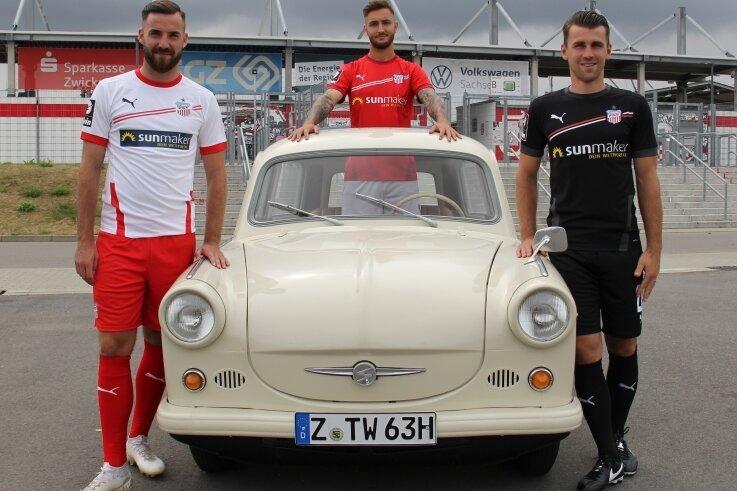 Bei der Präsentation der neuen Trikots: Die FSV-Spieler Morris Schröter (links), Felix Drinkuth (Mitte) und Nils Miatke (rechts).