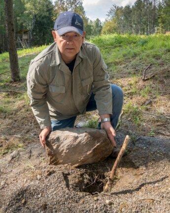 Steffen Ulbricht zeigt eines der Bohrlöcher, die er im Waldgebiet nahe des Weißen Steins entdeckt hat.