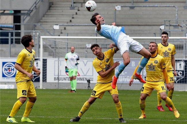 Viele Zweikämpfe und nur selten gelungene Aktionen gab es im Viertelfinale des Sachsenpokals zwischen dem Chemnitzer FC (hier Lukas Knechtel beim Kopfballversuch gegen Niclas Kubitz) und dem VfB Auerbach zu sehen. Am Ende gewann der CFC knapp mit 1:0.