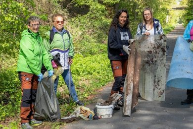 Auf Initiative von Silvia Heinrich (Mitte) wurden am Sonntag bei Falkenstein Müll gesammelt. Mitgemacht haben: Simone Jahn und Liane Dörfler (von links) Theresa Adler und Margit Fiedel (rechts).