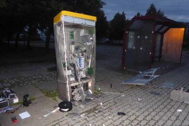 Gegen 3.15 Uhr haben Unbekannte in Plauen einen Fahrkartenautomaten gesprengt.