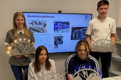 Abschluss mit persönlichem Lichterbogen: Die künftigen Elftklässler Nasti Fischer (vorn rechts) und Luca Wolfensteller sowie Laura Karbstein (vorn links) nutzten das Schnupperangebot der KMW Engineering, durch das Julia Karbstein (hinten links) führte.