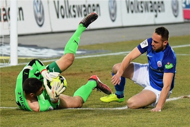 Auf dem Posten: Zwickaus Keeper Johannes Brinkies kann vor dem Rostocker Stürmer Pascal Breier klären.