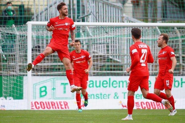 Zwickaus Felix Drinkuth (li.) bejubelt seinen Treffer.