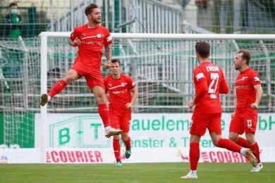 Felix Drinkuth (li.) bejubelt seinen Treffer beim Spiel gegen Chemie Leipzig.