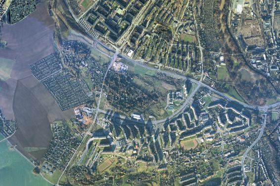 Die Aufnahme aus dem Jahr 1992 zeigt das Heckertgebiet vor den umfangreichen Abriss- und Umbaumaßnahmen, die nach der Wende in Angriff genommen worden waren. Das kleinere Foto zeigt denselben Landschaftsausschnitt fast 50 Jahre früher.