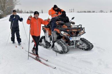 Tobias Duteloff (vorn) und Knut Neumann waren gestern die ersten Skifahrer in der neuen Loipe, die von Jan Flechsig und seinem Sohn Philipp auf dem Quad mit Raupenfahrwerk gezogen wurde.