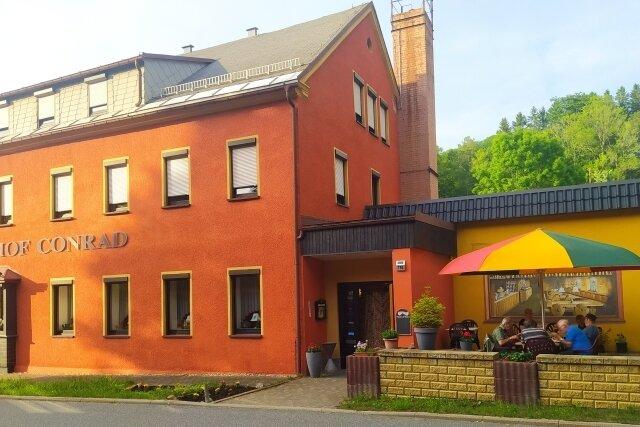 Der Gasthof Conrad in Nassau - im Biergarten hat es sich eine Motorradgruppe aus dem Raum Ravensburg gemütlich gemacht.