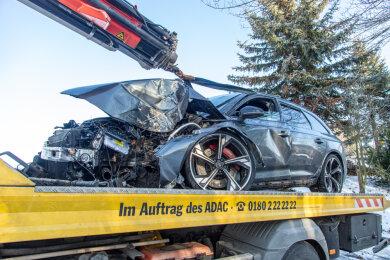 Schwer verletzt worden ist ein Audi-Fahrer bei einem Unfall am Sonntagvormittag in Lauenhain bei Crimmitschau.