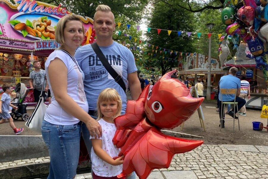 Marcel Klahr mit seiner Frau Franziska und der kleinen Mila. Die Familie ist aus Chemnitz gekommen - nur durch Zufall haben sie von dem Fest erfahren.