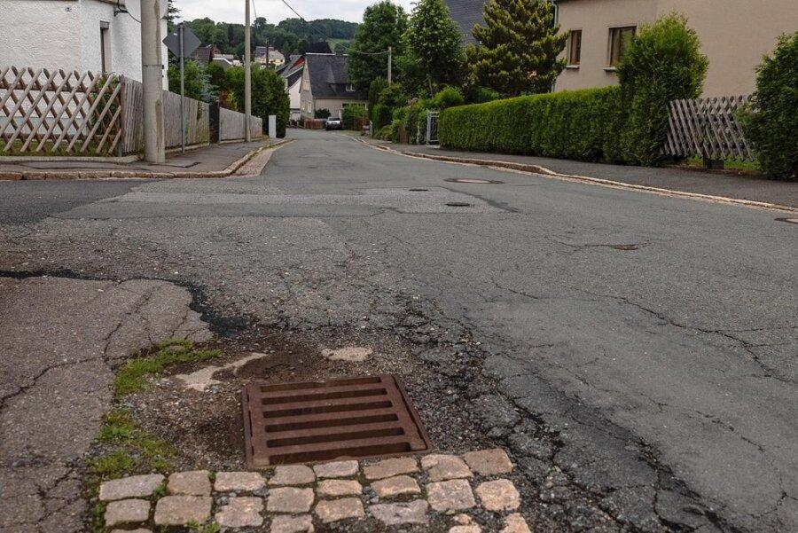 Auf der Greifensteinstraße in Thum wird bald gearbeitet. Aus dem erhofften grundhaften Ausbau wird allerdings nichts.