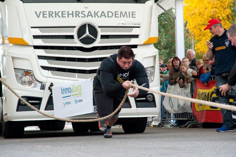 Sieger Dennis Kohlruss beim Ziehen eines 15-Tonners.