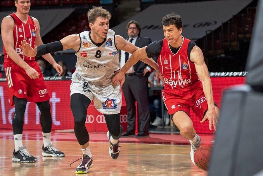 Jan Niklas Wimberg (links, hier im Duell mit Vladimir Lucic vom FC Bayern München) bleibt in Chemnitz.