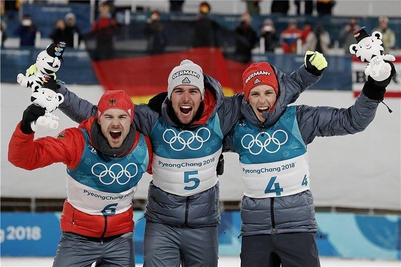 Johannes Rydzek (M.), Eric Frenzel (r.) und Fabian Rießle haben zusammengearbeitet und sich so die Medaillen gesichert.