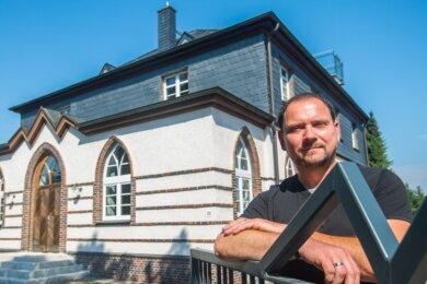 Geschäftsführer Mike Uhlemann und die anderen Beschäftigten des Anglerverbandes Südsachsen arbeiten nun in einem historischen Gebäude: Das Wannenbad an der Max-Weigel-Straße in Neukirchen wurde 1928 im Art-déco-Stil erbaut, der zwischen 1920 und 1940 entstand.