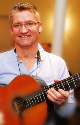 Will bei der Abschlussveranstaltung für das Erzgebirgische Mundartwort 2020 den neuen Erzgebirgshit vorstellen: Mundart-Musiker Hendrik Seibt. Der Gelenauer hat dafür extra eine neue Melodie komponiert.
