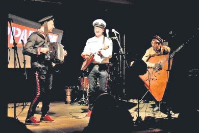 Die Band Apparatschik bei einem Auftritt in der Marienberger Baldauf Villa 2020.