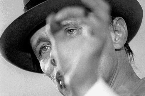 Über Gesellschaft zu diskutieren, gern auch stundenlang, gehörte zu Joseph Beuys Kunstverständnis.
