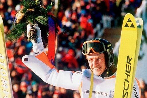 Jens Weißflog jubelte nach dem Großschanzen-Gold in Lillehammer auf den Schultern von Espen Bredesen (Silber) aus Norwegen und Andreas Goldberger. Es folgte das Gold im Team-Wettbewerb.