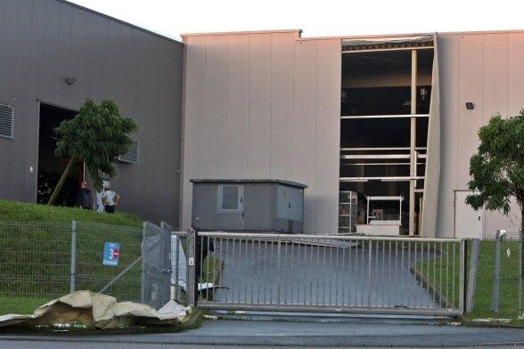 """Im Gewerbegebiet """"Am Sachsenring II"""" in Hohenstein-Ernstthal rissen Sturmböen an zwei Firmenhallen Teile der Fassade ab."""
