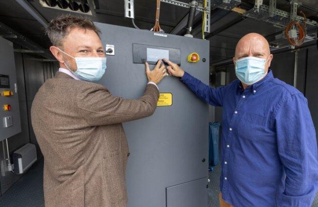 Ein neues Blockheizkraftwerk ist für das Freizeitbad Greifensteine in Betrieb gegangen. Im Bild: Geschäftsführer Markus Kothe (rechts) und Kai Aschermann, Vorstand der Stadtwerke Annaberg-Buchholz.