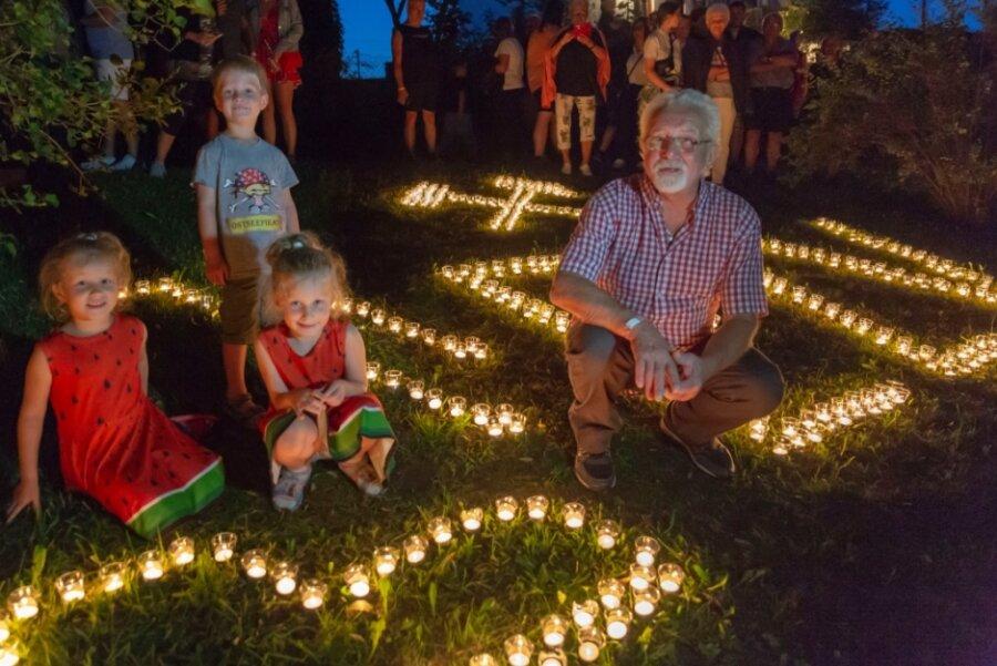 50 Motive aus mehr als 8000 Teelichtern beim Crottendorfer Sommerfest entzündet