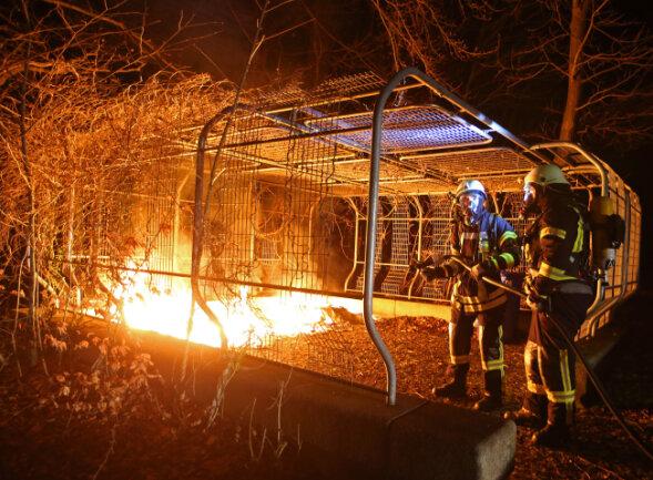 In der Nacht zu Mittwoch standen die Behälter auf dem Mülltonnenplatz neben dem Daetz-Centrum in Flammen.